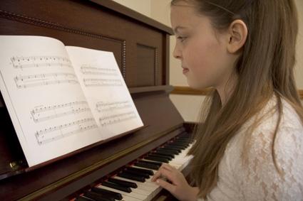 klavier-ueben-maedchen